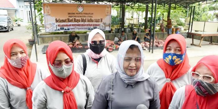 Dharma Wanita Persatuan Sumut Sembelih Dua Ekor Sapi Qurban