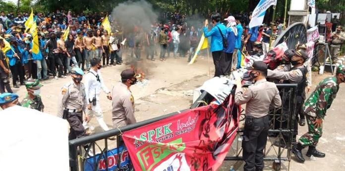 520 Personel Gabungan Amankan Demo Buruh dan Mahasiswa di Purwakarta