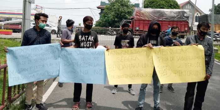 Gerakan Pemuda Mahasiswa Peduli Indonesia (GPMPI) melakukan aksi unjukrasa