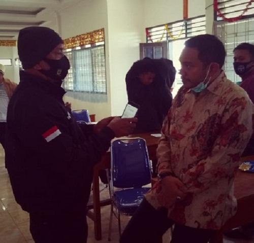 Franch Tumanggor kenakan kemeja Batik