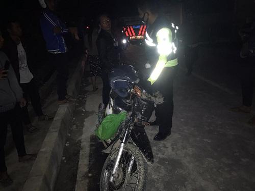 Personil Unit Lakalantas Polres Samosir membawa Sepmor ari lokasi kecelakaan