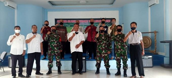 Poppy Ramadhani bersama Kepala desa Lancang Kuning Cholili Bunyani Danramil 003 Bintan Kapten Inf Suherman Bati Tuud Peltu Ahmad Sembiring