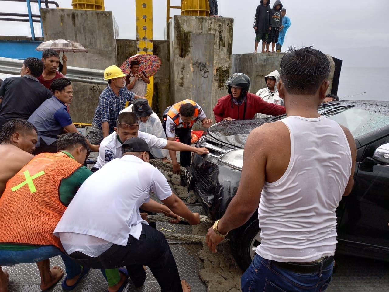 Mobil Kecebur ke Danau Toba, Satu Orang Meninggal Dunia dan Tiga Luka-luka