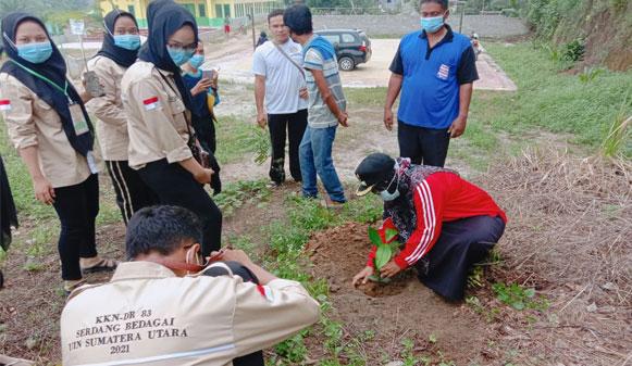 Aksi Tanam Seribu Pohon Buah Mahasiswa KKN UINSU